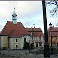 ten mały kościółek to Sanktuarium Matki Boskiej Bolesnej.Odbudowany w 1714r.Za barokowym ołtarzem znajduje sie żródełko ,które związane jest z początkiem powstania miasta. r #nagrobek #pomnik #rzeżba