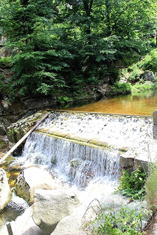 Mała kaskada wodna na rzece Kamienna po jej prawej stronie Krucze Skały