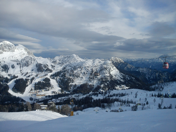 Widok z tarasu baru Lockstanalm przy krzesełku Trogl, w dali Millenium Express #Alpy #Austria #Narty #Nassfeld